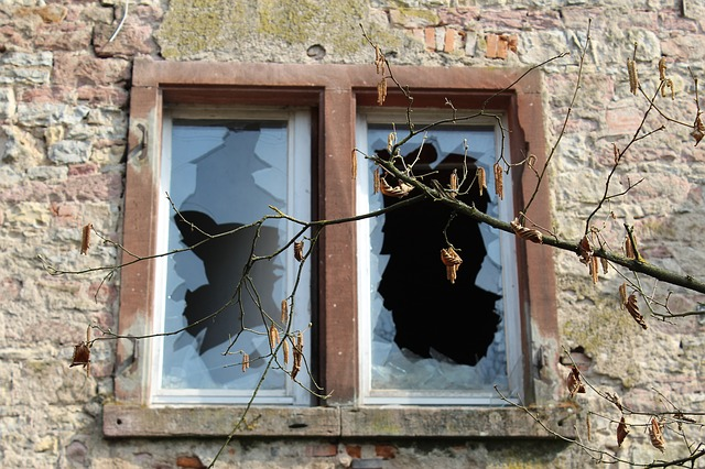 smadret vinduer
