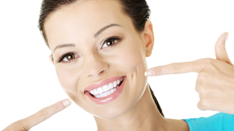Dame med meget hvide tænder